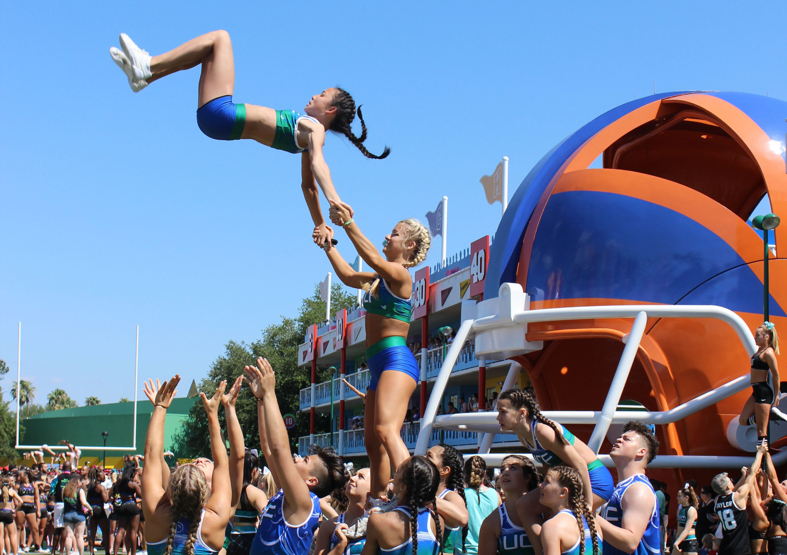 How much should a cheerleader flyer weigh?