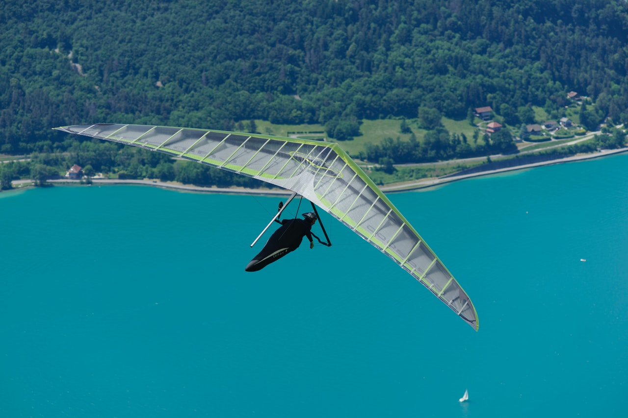Hang gliding vs. skydiving - What are the Pros and Cons?